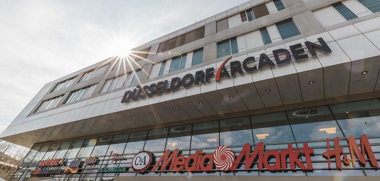 Fassade des Shopping-Centers Düsseldorf Arcaden aus der Froschperspektive