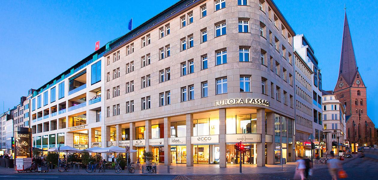 Außenansicht des Shopping-Centers Europa Passage in Hamburg in der Dämmerung
