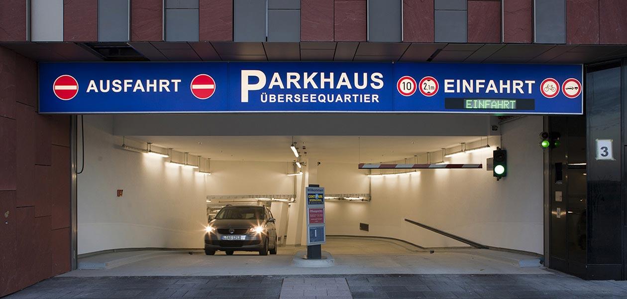 Ein- und Ausfahrt des Parkhauses Überseequartier in Hamburg