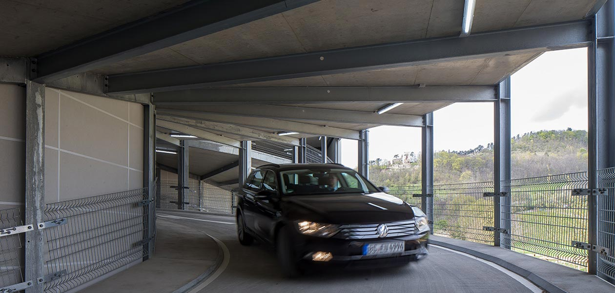 Fahrendes Auto auf Zufahrtsrampe im Parkhaus