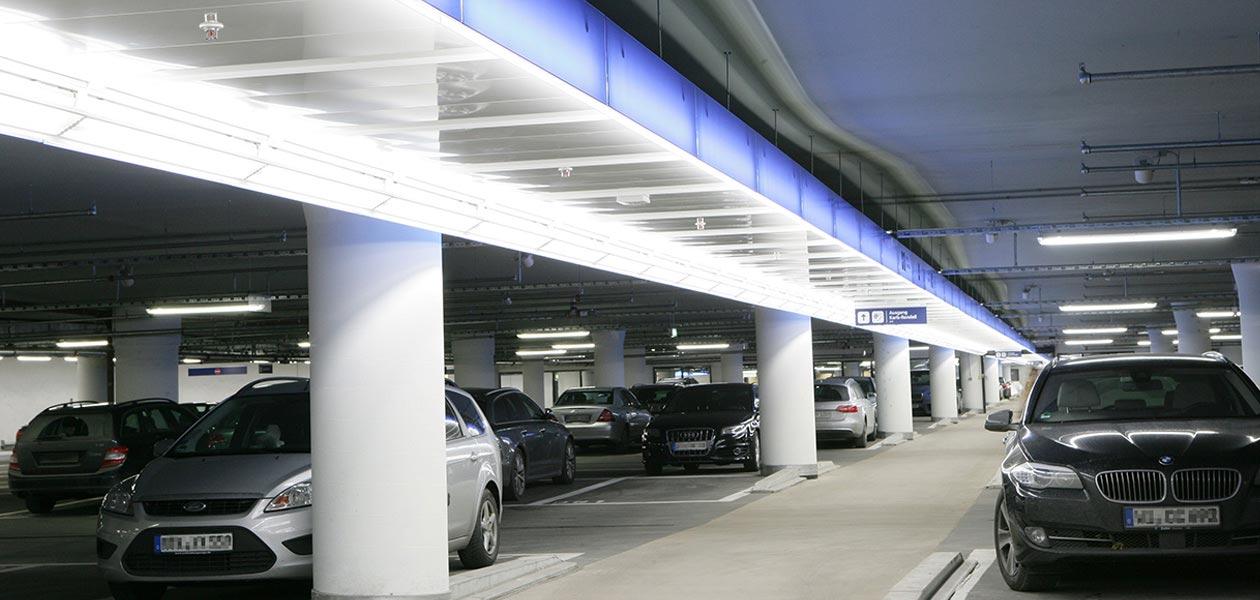 Parkende Autos in der Tiefgarage Stachus in München