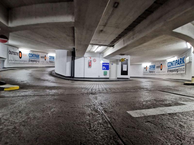 Sicht zu einer Parkhauseinfahrt