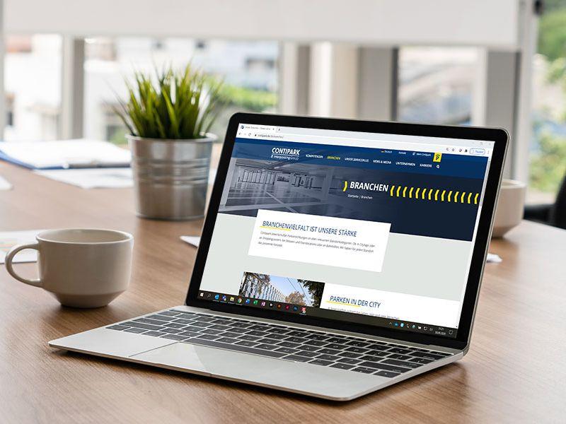 Laptop mit aufgerufener Webseite